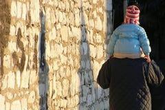 Bebé que lleva del padre Foto de archivo libre de regalías