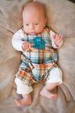 Bebé que lleva el equipo lindo Imagen de archivo libre de regalías
