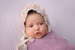 Bebé que lleva un capo del cordón foto de archivo libre de regalías
