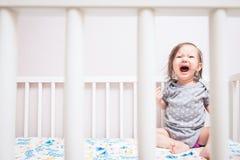 Bebé que llora en pesebre fotografía de archivo