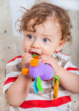 Bebé que mastica en el juguete Imagen de archivo libre de regalías