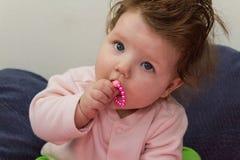 Bebé que mastica en las gotas Imagenes de archivo