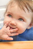 Bebé que mastica en un dedo Fotografía de archivo libre de regalías