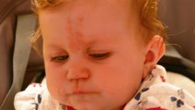 Bebé que mastica la comida almacen de video