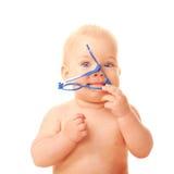 Bebé que mastica los vidrios. Foto de archivo