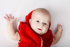 Bebé que miente en el suyo detrás Imagen de archivo