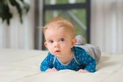 Bebé que miente en el vientre Foto de archivo libre de regalías