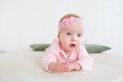 Bebé que miente en su estómago Fotografía de archivo libre de regalías