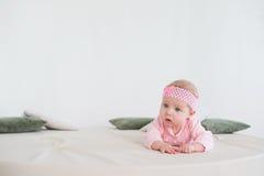Bebé que miente en su estómago Foto de archivo