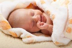 Bebé que miente y que grita Imagen de archivo