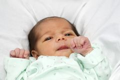 Bebé que mira con los ojos abiertos de par en par Imágenes de archivo libres de regalías