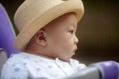 Bebé que mira lejos Fotografía de archivo