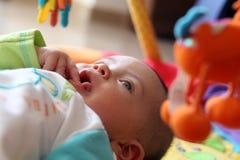 Bebé que mira los juguetes fotos de archivo
