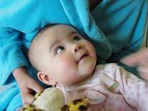 Bebé que mira para arriba Fotografía de archivo libre de regalías