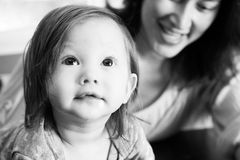 Bebé que mira para arriba Foto de archivo libre de regalías