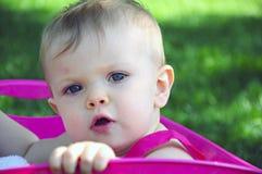 Bebé que mira para arriba en tina rosada Fotos de archivo libres de regalías