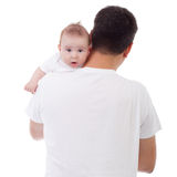 Bebé que mira sobre el hombro del padre Imágenes de archivo libres de regalías