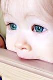 Bebé que muerde en el pesebre - primer fotos de archivo