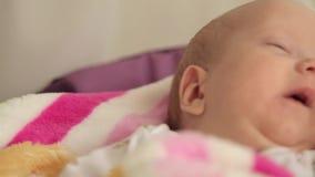 Bebé que oscila en una cuna almacen de metraje de vídeo