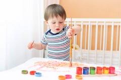 Bebé que pinta en casa Foto de archivo libre de regalías