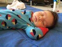 Bebé que pone en lado Foto de archivo
