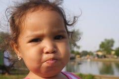 Bebé que pone mala cara Imagenes de archivo