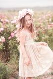 Bebé que presenta en rosaleda Imagen de archivo