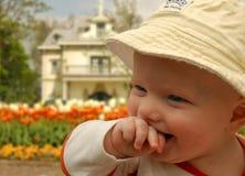 Bebé que ríe nerviosamente en el chalet Volta imagen de archivo libre de regalías