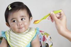Bebé que rechaza la comida Foto de archivo libre de regalías