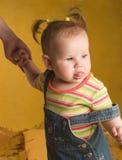 Bebé que recorre con el mam Imagen de archivo