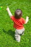Bebé que recorre en hierba fotografía de archivo libre de regalías