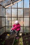 Bebé que riega de un jardín de la regadera imagen de archivo libre de regalías