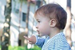 Bebé que señala en el parque Imagenes de archivo