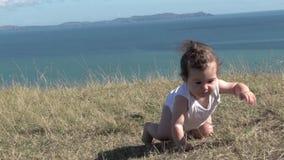 Bebé que se arrastra al aire libre almacen de video