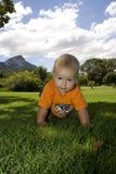 Bebé que se arrastra, ascendente cercano Imagen de archivo