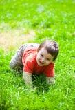 Bebé que se arrastra en hierba Imagenes de archivo
