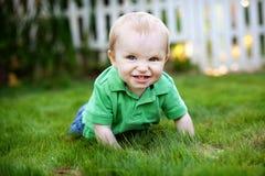 Bebé que se arrastra en la hierba Fotos de archivo libres de regalías