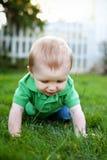 Bebé que se arrastra en la hierba Imagen de archivo libre de regalías