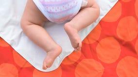 Bebé que se arrastra en la manta fotografía de archivo libre de regalías