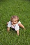 Bebé que se arrastra en parque fotos de archivo libres de regalías