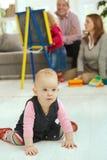 Bebé que se arrastra en sala de estar fotografía de archivo libre de regalías