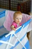 Bebé que se coloca en playpen Imagen de archivo