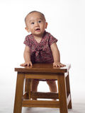 Bebé que se coloca usando ayuda fotografía de archivo libre de regalías