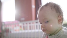 Bebé que se sienta en cama en casa almacen de video