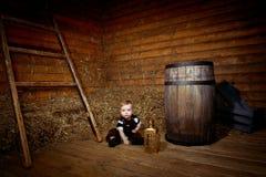 Bebé que se sienta en el piso Foto de archivo libre de regalías