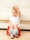 Bebé que se sienta en el potty en retrete imagen de archivo libre de regalías
