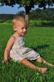 Bebé que se sienta en hierba Imagen de archivo libre de regalías