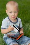 Bebé que se sienta en hierba Fotos de archivo libres de regalías