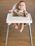 Bebé que se sienta en highchair Imagen de archivo libre de regalías