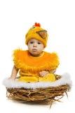 Bebé que se sienta en jerarquía en traje del pollo Fotos de archivo libres de regalías
